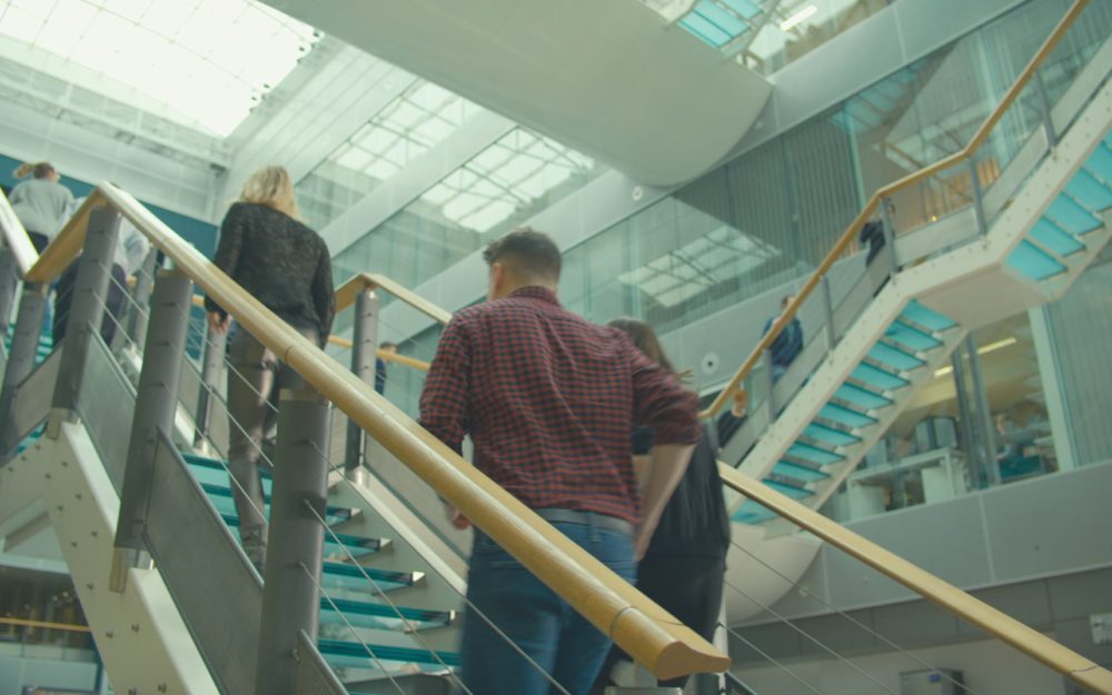 mensen op trap